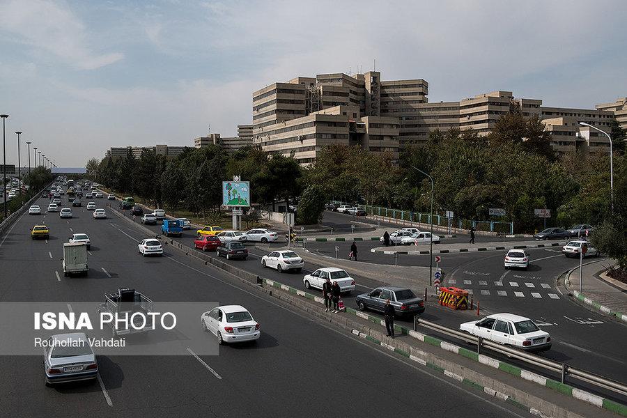 شهرک اکباتان از جنوب به اتوبان شهید لشکری و از شرق به کوی بیمه محدود میشود.