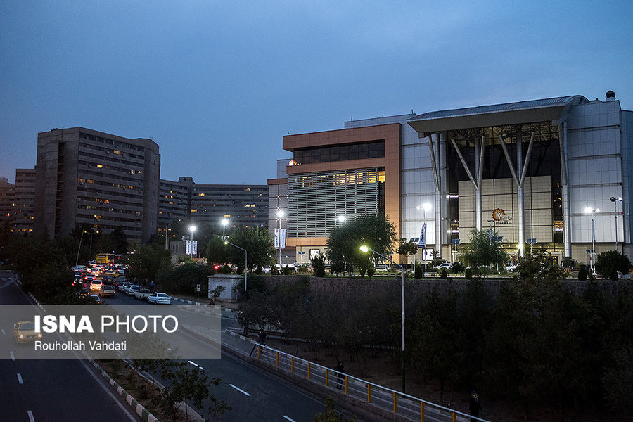 مجتمع مگامال با امکاناتی همچون پردیس سینمایی، هایپر مارکت و فروشگاههای برندهای معتبر در فاز دو شهرک اکباتان قرار دارد.