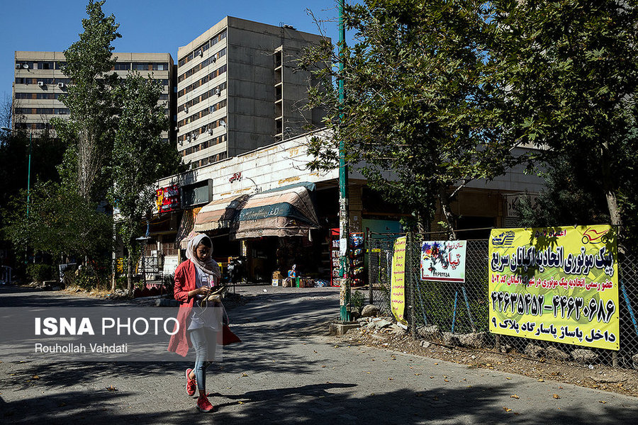 علاوه بر بازارچههای بزرگی که در شهرک اکباتان وجود دارد، فروشگاههای محلی نیز در بین بلوکها برای خرید ساکنان تعبیه شده است.