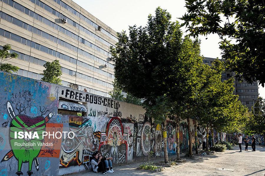 برخی از دیوارهای شهرک اکباتان مملو از گرافیتیهای حرفهای است که عملاً به یکی از امضاها و شاخصههای این شهرک تبدیل شده است.