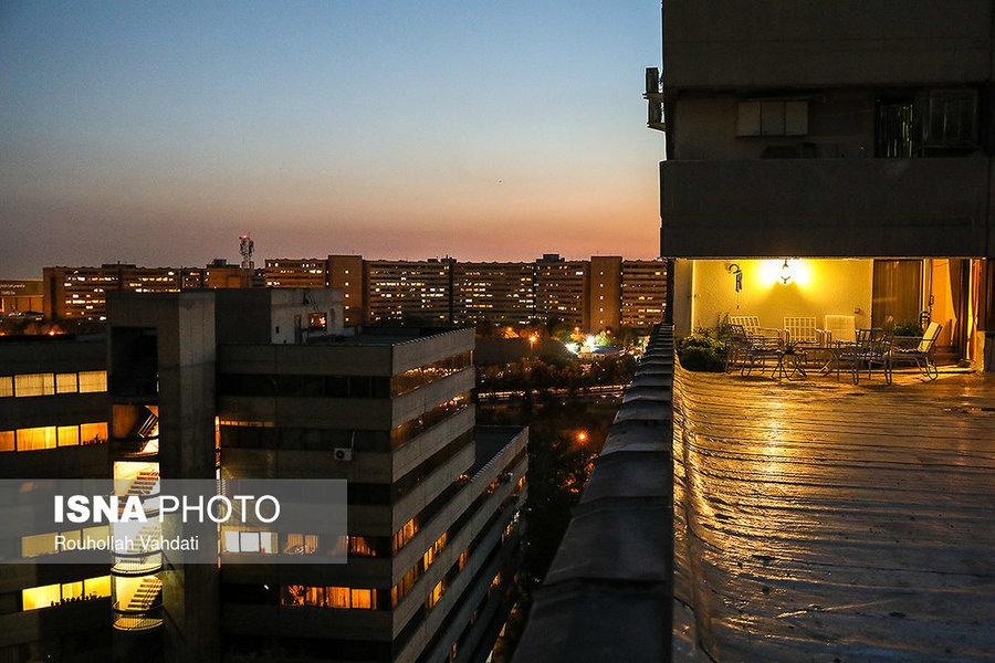 نمایی از بلوکهای فاز ۱ (جلوی تصویر) و بلوکهای فاز ۲ (انتهای تصویر) شهرک اکباتان که در غروب تهران، چشماندازی دیدنی از این شهرک به نمایش میگذارد.