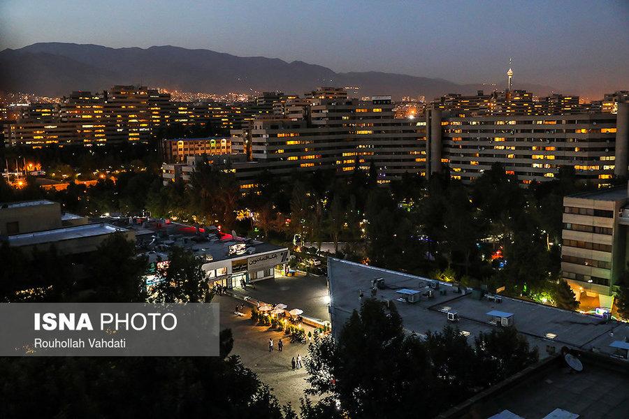 نمایی از بلوکها و بازارچه فاز ۱ شهرک اکباتان که در شب پر از رنگ و نور میشود.