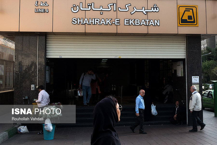 شهرک اکباتان در مسیر خط چهار متروی تهران قرار دارد و دارای یک ایستگاه مترو است که در فاز ۲ شهرک قرار دارد.