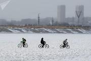 عکسهای ویژه هفته ؛ از موزه نیروی هوایی روسیه تا دوچرخهسواری روی یخ