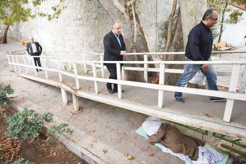 خوابگاه مقوایی زیر پل - همشهری آنلاین
