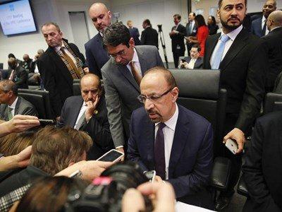 رویترز: اوپک با کاهش اندک تولید نفت موافقت کرد