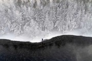 عکس روز: ماهیگیری در رودخانه یخزده