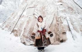 عکس روز: دختر جلوی چادر