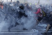 معترضان در بارسلون با نیروهای امنیتی درگیر شدند