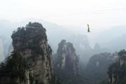 عکس روز: بندبازی بین ستونهای سنگی