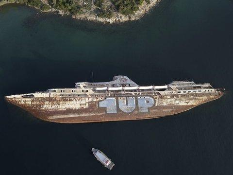 کشتی غرق شده در سواحل یونان
