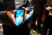 خبر و تصویر درباره نخستین گوشی هوشمند خم شدنی جهان