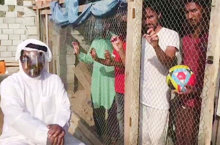 حبس كارگران هندي در قفس