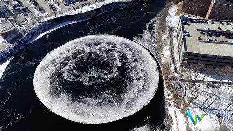 یک تکه یخ بزرگ دایرهای در رودخانه پریزاماسکات