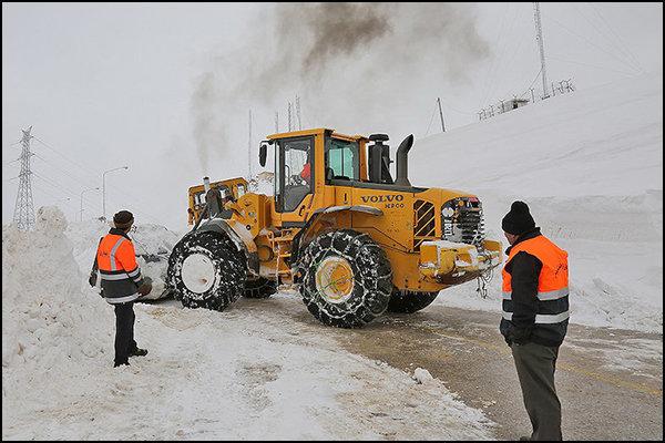 برف سنگین راه 68 روستای چالوس، نوشهر و نور را مسدود کرد