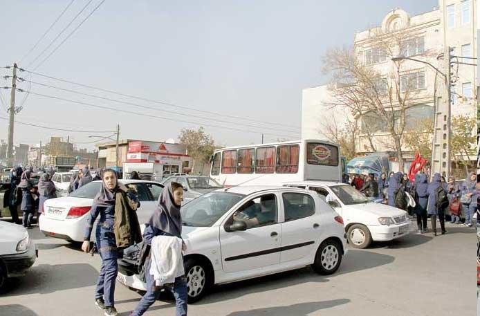 واحدهای تجاری و خریداران، دانشآموزان صالحآباد را به دردسر انداختهاند