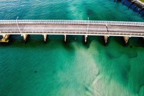 پلی بر روی رودخانه فیروزه ای