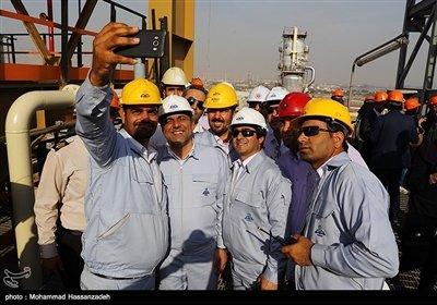 جمعی از مهندسان پالایشگاه میعانات گازی ستاره خلیج فارس شهر بندرعباس با هم عکس یادگاری می گیرند