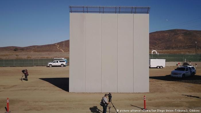 نمونه دیواری که ترامپ در مرز مکزیک مي خواهد بسازد