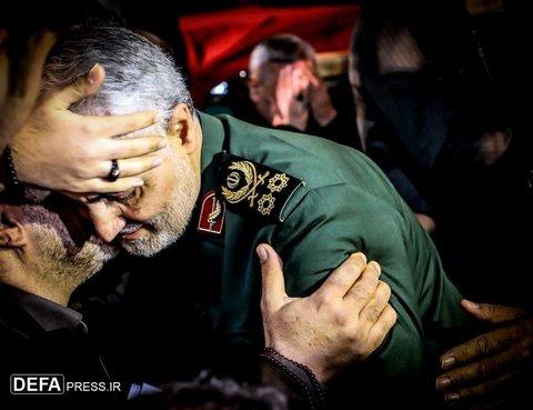 عکس |سردار سلیمانی در حلقه فرزندان شهدای مدافع حرم