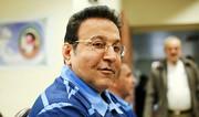 حسین هدایتی با دستبند و ماسک در راهرو دادگاه کیفری تهران