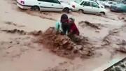 ببینید - نجات مادر و فرزند از سیل شیراز
