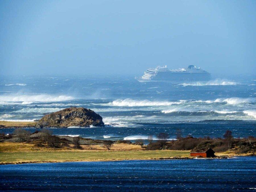 عکس روز: کشتی کروز در دام امواج