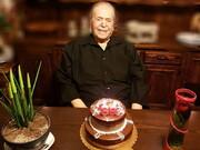 آرزوی محمدعلی کشاورز هنگام برش کیک ۹۰ سالگی | بالاخره پدرسالار را دیدم