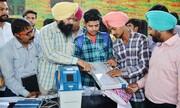 مرد هندی بعد از دادن رای اشتباهی انگشتش را برید