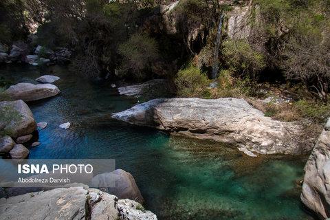 حوضچه هایی که در نزدیکی آبشار اصلی تنگ بُراق وجود دارد