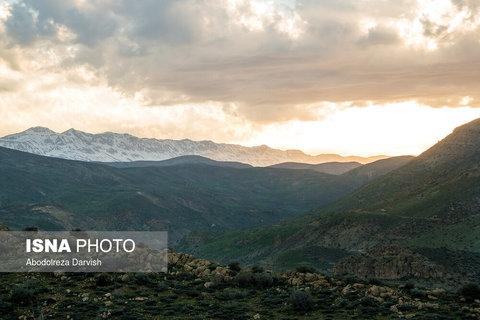 مسیر رسیدن به تنگ بُراق و کوه های همچنان برفی این منطقه