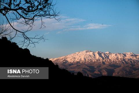 نمایی از طلوع آفتاب و قله برفی کوه بِل از تنگ بُراق