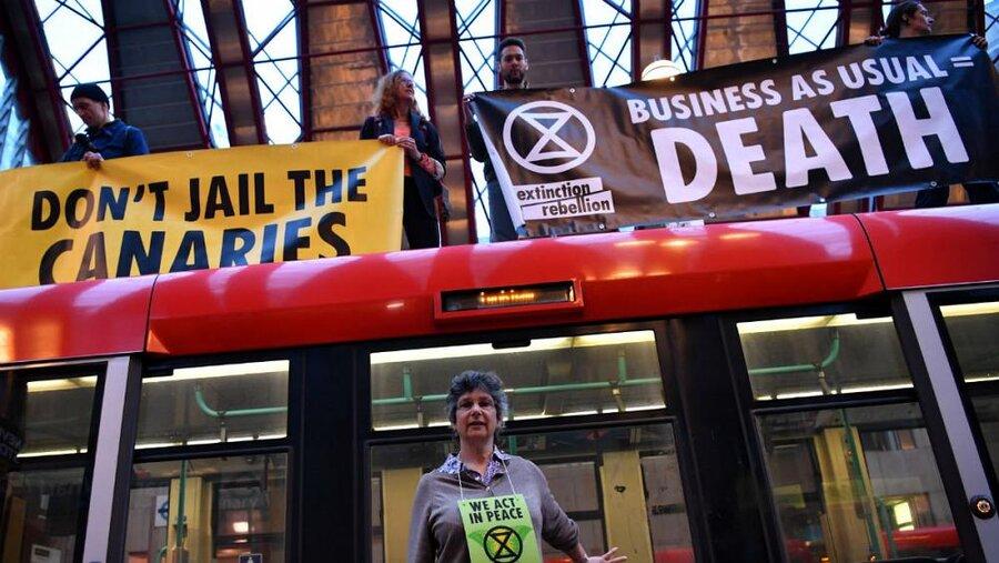 کنشگران محیط زیست در لندن از قطارها بالا رفتند