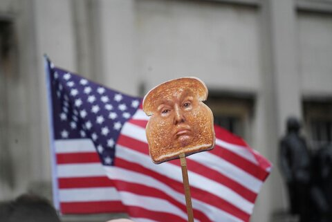 دو عکس   اعتراض علیه ترامپ