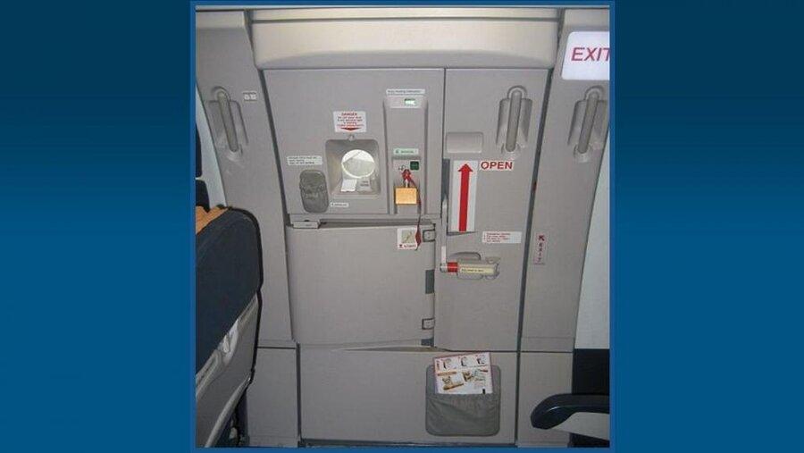 مسافری که خروجی اضطراری هواپیما را به جای در توالت باز کرد