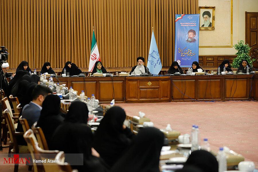 نشست هم اندیشی آیت الله رئیسی با صاحب نظران و نخبگان حوزه حقوق زنان