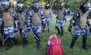 عکس روز: پلیس ضد شورش و زن جوان