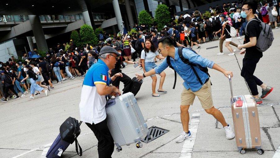 تجمع معترضان به دولت محلی هنگ کنگ در مقابل فرودگاه