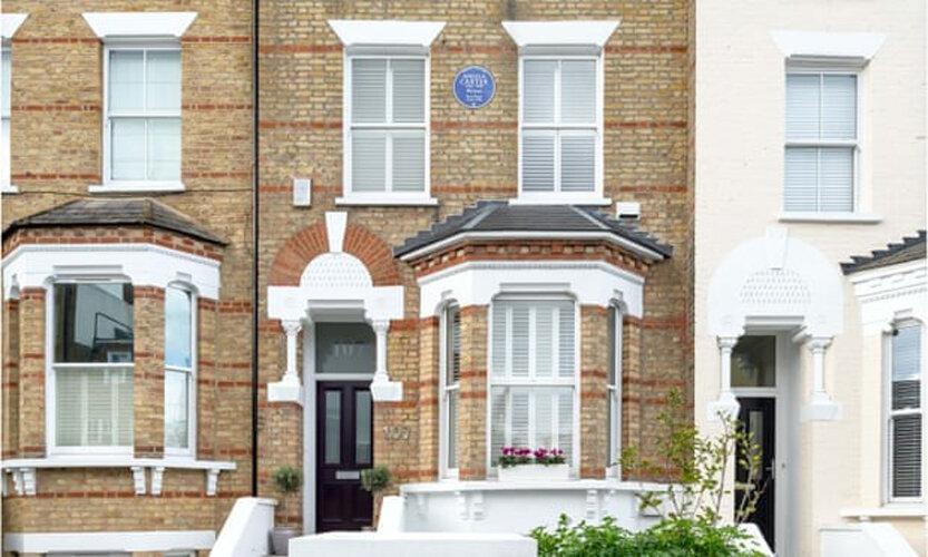 نصب پلاک آبی در خانه آنجلا کارتر به پاس یک عمر خدمت ادبی