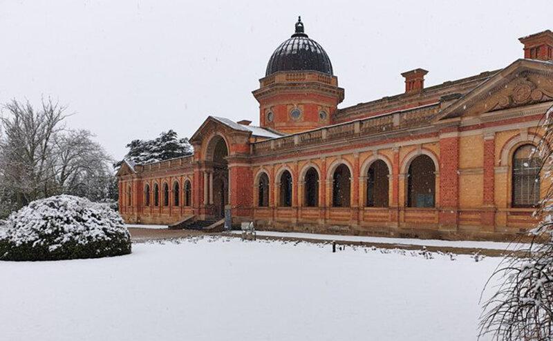 بارش برف بهاري بيرون پارلمان استراليا
