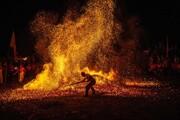 عکس روز: راه رفتن با پای برهنه روی آتش