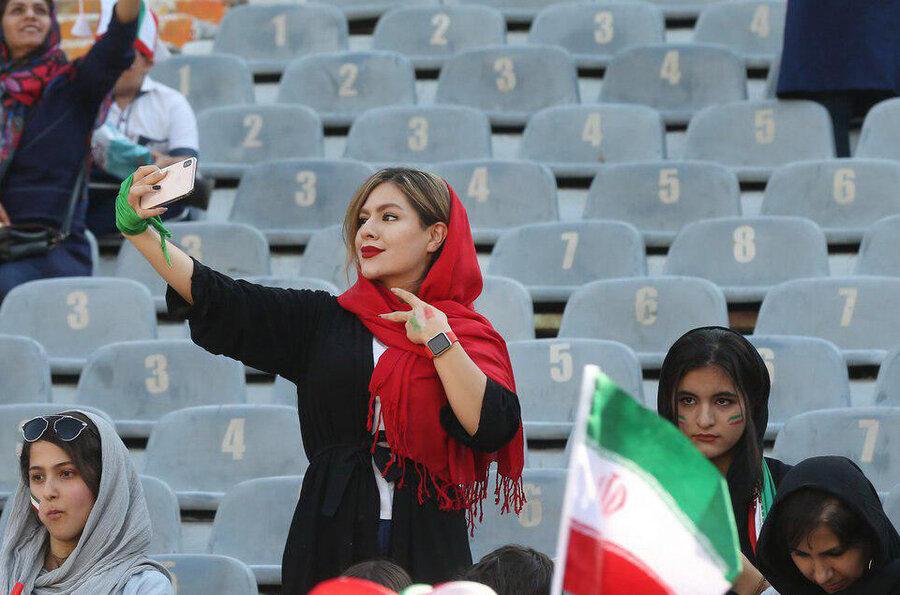 زنان در استادیوم