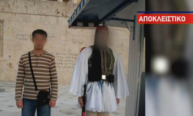 عکس یادگاری عضو داعش با سرباز گمنام یونان
