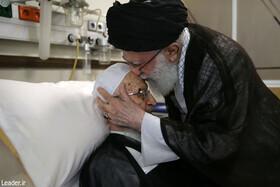 فیلم | عیادت رهبر انقلاب از آیت الله مکارم شیرازی در یکی از بیمارستانهای تهران