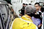 پاشیدن جوهر روی وزیر هندی | لحظه این اقدام معترضان را ببینید