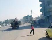 بدرقه کاروان نظامی آمریکا با سنگ پرانی اهالی قامشلی سوریه