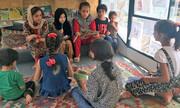 عکس | کتاب خواندن بچههای افغان در اتوبوس