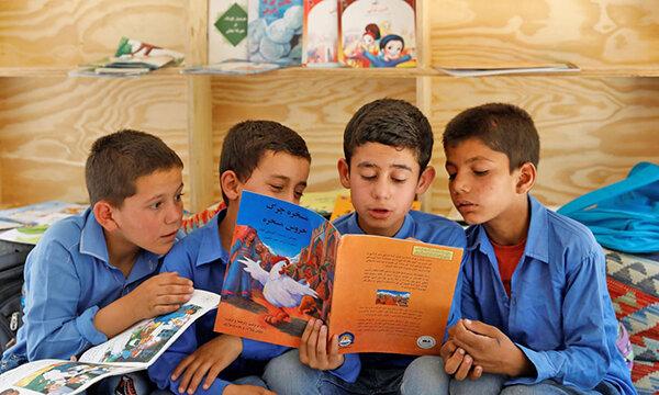 كتاب خواندن پسران افغان در اتوبوس
