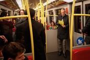 عکس | رئیس جمهور اتریش در مترو در حال خواندن متن