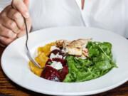 ناهار و شام دیر وقت ممنوع | رابطه زمان غذا و تناسب اندام